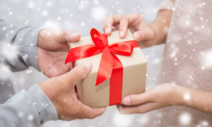 雪中送礼物的场景特写摄影高清图片