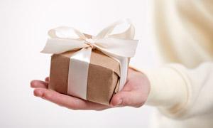 手中的纸质包装礼物盒摄影高清图片
