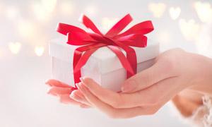 光斑元素手中的礼物盒摄影高清图片