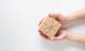 麻绳捆起来的礼物特写摄影高清图片