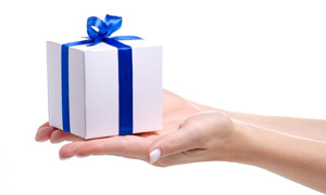 手中蓝丝带礼物盒特写摄影高清图片