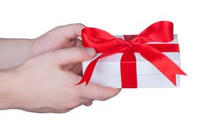 手中精心包好的礼物盒摄影 澳门线上必赢赌场