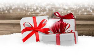 木板積雪與禮物盒全景視角高清圖片
