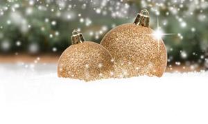 雪地上的金色圣誕節裝飾球高清圖片