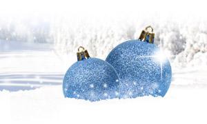 樹林雪景與圣誕裝飾球攝影高清圖片