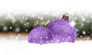 松果與紫色的圣誕節裝飾球高清圖片