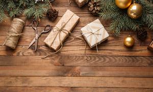 桌面上的礼物与树枝等摄影 澳门线上必赢赌场