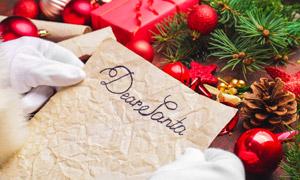 松果圣诞球与褶皱纸张摄影高清图片