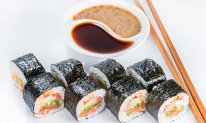 搭配有蘸料的美味寿司特写高清图片