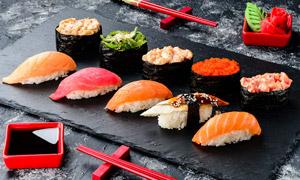 筷子与多种口味的寿司特写高清图片