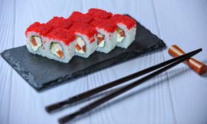 摆在桌上的三文鱼寿司摄影高清图片