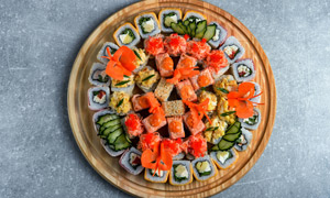 圆形平盘上的寿司特写摄影高清图片