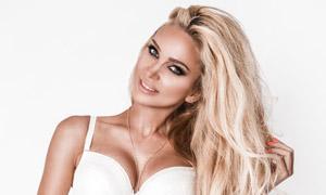 白色内衣装扮金发女郎摄影高清图片
