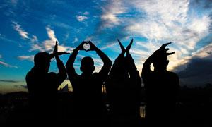 夕阳下LOVE创意手势剪影摄影图片