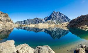 蓝天下山间清澈的湖水摄影图片