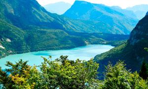 山间美丽的湖泊美景高清摄影图片