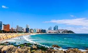 夏季海边城市中沙滩景观摄影图片