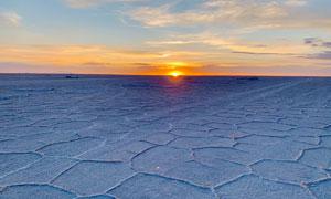 冬季夕阳下的沙滩冰面摄影图片