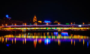 夜晚河边城市中美丽的灯光倒影摄影图片