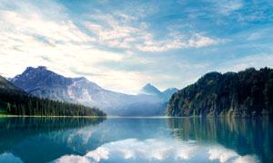山間美麗的湖泊和倒影景觀攝影圖片