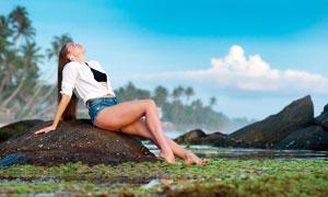 在景区里玩水的美女高清摄影图片