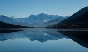 山中美丽的湖泊倒影摄影图片