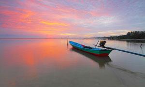 夕阳下湖中停泊的小船高清摄影图片