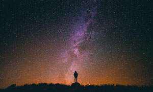 夜空下的人物剪影高清攝影圖片