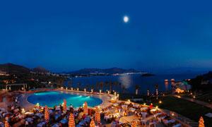 月色下的博德鲁姆海边度假酒店摄影图片