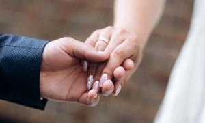 新郎新娘牵手情景特写摄影高清图片