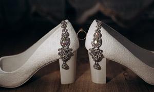 婚庆用白色高跟鞋特写摄影高清图片