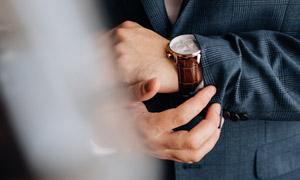 戴手上的腕表近景特写摄影高清图片
