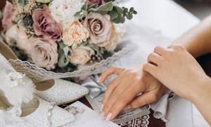 婚慶花束與高跟鞋特寫攝影高清圖片