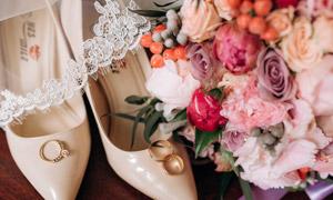 鉆戒高跟鞋與婚慶鮮花攝影高清圖片