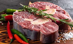 辣椒迷迭香点缀的鲜肉摄影高清图片