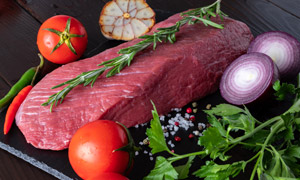 洋葱番茄与一块牛肉等摄影高清图片