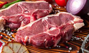放桌上的两块牛肉特写摄影高清图片