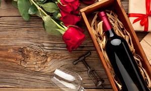 红玫瑰与木盒里的红酒摄影高清图片