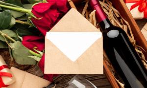 红酒与信封里的空白纸摄影高清图片