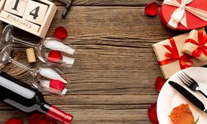 红酒高脚杯与礼物盒等特写高清图片