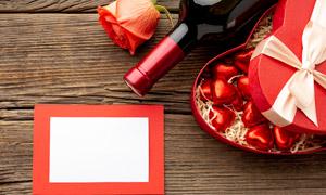 红酒玫瑰花与心形礼盒摄影高清图片