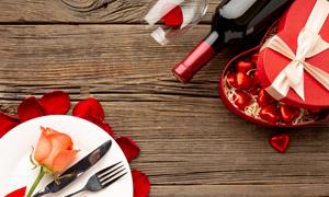 刀叉餐具与礼物盒红酒摄影高清图片