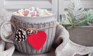 桃心木牌与杯子里的糖果等高清图片