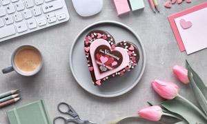 桌面上的郁金香与巧克力等高清图片