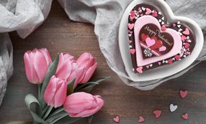 巧克力礼物与粉色的郁金香高清图片
