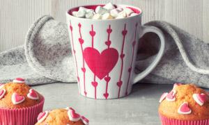 情人节马克杯糖果与蛋糕等高清图片
