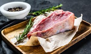 在木托盘里的一块牛肉摄影高清图片