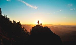 攀登到山顶看日出的人高清摄影图片