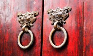 复古老木门上的门把手拉环摄影图片