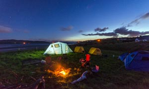 野外宿營帳篷和點燃的篝火攝影圖片